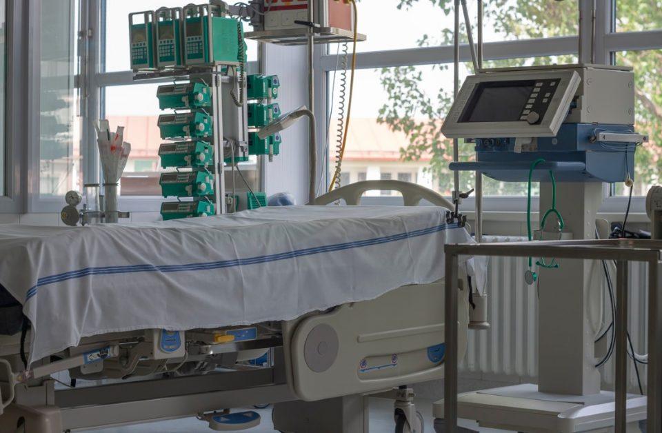 Ova fotografija pokatuje kako izgleda klinički respirator postavljen u jednoj bolničkoj sobi